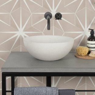 ロンドンのおしゃれな浴室 (磁器タイルの床、ピンクの床、ピンクのタイル) の写真