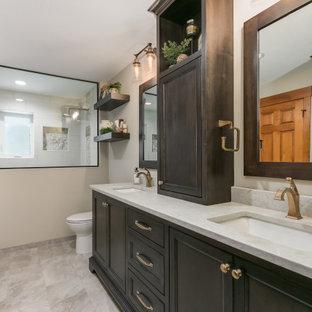 Inspiration för ett mellanstort maritimt flerfärgad flerfärgat en-suite badrum, med släta luckor, skåp i mörkt trä, ett platsbyggt badkar, en öppen dusch, en toalettstol med hel cisternkåpa, beige kakel, keramikplattor, beige väggar, laminatgolv, ett nedsänkt handfat, marmorbänkskiva, beiget golv och med dusch som är öppen