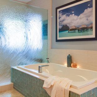 Idee per una stanza da bagno minimal con vasca da incasso, doccia alcova, piastrelle blu e piastrelle di vetro