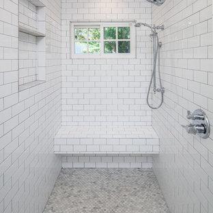 Inredning av ett klassiskt mellanstort en-suite badrum, med skåp i shakerstil, vita skåp, ett fristående badkar, en dusch i en alkov, en toalettstol med separat cisternkåpa, vit kakel, porslinskakel, vita väggar, klinkergolv i porslin, ett undermonterad handfat, bänkskiva i kvarts, brunt golv och dusch med gångjärnsdörr