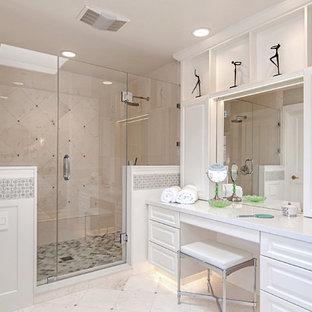 Bild på ett stort vintage en-suite badrum, med luckor med upphöjd panel, vita skåp, ett fristående badkar, en dubbeldusch, vit kakel, vita väggar, kalkstensgolv, ett undermonterad handfat, bänkskiva i kvarts, en toalettstol med hel cisternkåpa, stenkakel och vitt golv