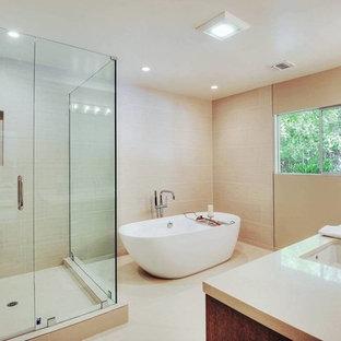 Imagen de cuarto de baño actual con lavabo bajoencimera, armarios con paneles lisos, puertas de armario de madera oscura, encimera de cuarzo compacto, bañera exenta, ducha abierta y baldosas y/o azulejos beige
