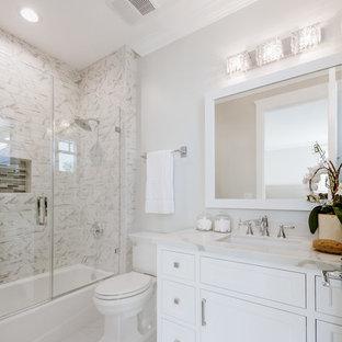 Idéer för små vintage badrum, med luckor med profilerade fronter, vita skåp, ett badkar i en alkov, en dusch/badkar-kombination, en toalettstol med separat cisternkåpa, beige väggar, ett undermonterad handfat, bänkskiva i kvartsit och dusch med gångjärnsdörr