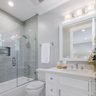 Idéer för ett litet klassiskt badrum, med luckor med profilerade fronter, vita skåp, ett badkar i en alkov, en dusch/badkar-kombination, en toalettstol med separat cisternkåpa, grå väggar, ett undermonterad handfat, bänkskiva i kvartsit och dusch med gångjärnsdörr