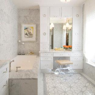 Modelo de cuarto de baño tradicional renovado con armarios con paneles empotrados, puertas de armario blancas, bañera encastrada sin remate, baldosas y/o azulejos grises, baldosas y/o azulejos en mosaico y suelo con mosaicos de baldosas