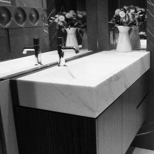 シドニーの小さいコンテンポラリースタイルのおしゃれなバスルーム (浴槽なし) (フラットパネル扉のキャビネット、ベージュのキャビネット、一体型トイレ、グレーのタイル、大理石タイル、グレーの壁、ライムストーンの床、一体型シンク、大理石の洗面台、ベージュの床、黄色い洗面カウンター) の写真