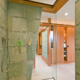 Ejemplo de cuarto de baño contemporáneo con ducha abierta, ducha abierta y baldosas y/o azulejos de pizarra