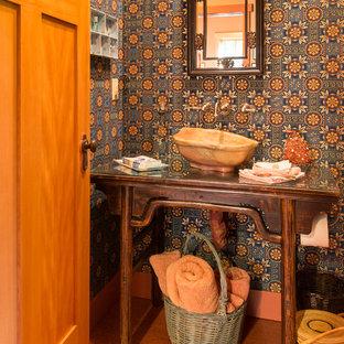 Diseño de cuarto de baño con ducha, de estilo americano, de tamaño medio, con baldosas y/o azulejos naranja, paredes multicolor, suelo de linóleo, lavabo tipo consola y encimera de vidrio