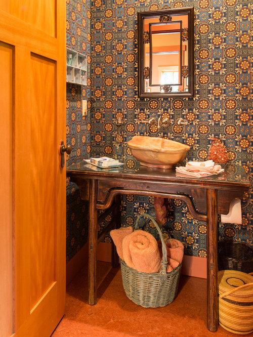 Einrichtungsidee Für Mittelgroße Rustikale Duschbäder Mit Orangefarbenen  Fliesen, Bunten Wänden, Linoleum, Waschtischkonsole Und