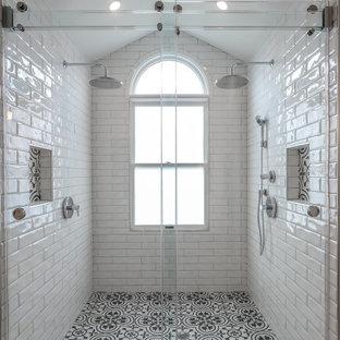 Foto di una stanza da bagno padronale design di medie dimensioni con ante bianche, vasca freestanding, doccia doppia, piastrelle bianche, piastrelle in ceramica, pareti beige, top in granito e top nero