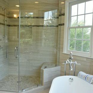 Foto di una stanza da bagno design con ante marroni, vasca freestanding, doccia ad angolo, WC monopezzo, piastrelle beige, piastrelle in ceramica, pareti beige, pavimento con piastrelle in ceramica, top in granito, pavimento beige e top beige