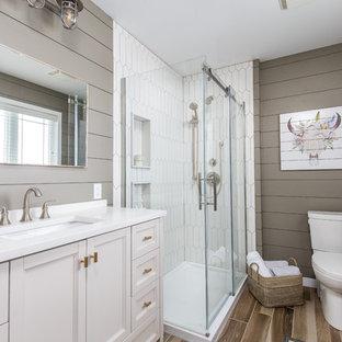 Klassisches Duschbad mit Eckdusche, weißen Fliesen, Porzellanfliesen, grauer Wandfarbe, Unterbauwaschbecken, Quarzit-Waschtisch, braunem Boden, Schiebetür-Duschabtrennung, Schrankfronten mit vertiefter Füllung und beigen Schränken in Toronto