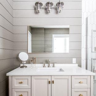 トロントのモダンスタイルのおしゃれな浴室 (コーナー設置型シャワー、白いタイル、磁器タイル、グレーの壁、アンダーカウンター洗面器、珪岩の洗面台、茶色い床、引戸のシャワー) の写真