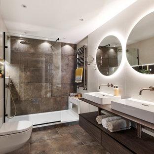 Стильный дизайн: главная ванная комната среднего размера в современном стиле с открытыми фасадами, темными деревянными фасадами, открытым душем, инсталляцией, коричневой плиткой, керамогранитной плиткой, бежевыми стенами, полом из керамогранита, коричневым полом, открытым душем и тумбой под две раковины - последний тренд