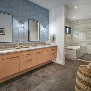 Diseño de cuarto de baño principal, vintage, sin sin inodoro, con armarios con paneles lisos, puertas de armario de madera clara, bañera encastrada sin remate, baldosas y/o azulejos grises, paredes multicolor, lavabo bajoencimera, suelo gris y encimeras grises
