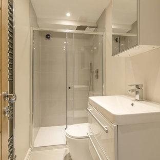 Imagen de cuarto de baño principal, moderno, grande, con armarios con paneles lisos, puertas de armario blancas, bañera encastrada, ducha abierta, sanitario de pared, baldosas y/o azulejos blancos, baldosas y/o azulejos de cerámica, paredes grises, suelo de bambú, lavabo con pedestal, encimera de azulejos, suelo marrón, ducha con puerta corredera y encimeras blancas