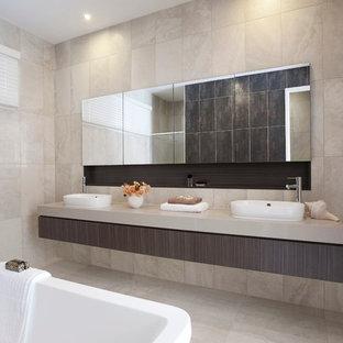 Idéer för ett modernt badrum, med ett fristående badkar