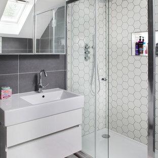 Ispirazione per una stanza da bagno contemporanea con piastrelle grigie, piastrelle bianche, piastrelle in gres porcellanato, pavimento in vinile, porta doccia scorrevole, ante lisce e ante bianche