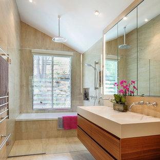 Свежая идея для дизайна: главная ванная комната среднего размера в современном стиле с фасадами островного типа, фасадами цвета дерева среднего тона, бежевой плиткой, коричневой плиткой, керамической плиткой, бежевыми стенами, стеклянной столешницей, бежевым полом, душем с распашными дверями, ванной в нише, душевой комнатой и монолитной раковиной - отличное фото интерьера