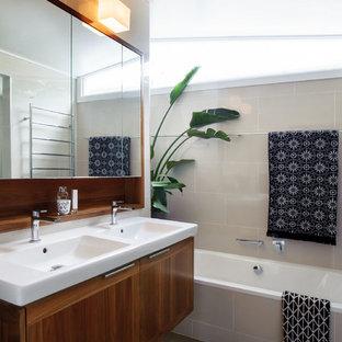 Неиссякаемый источник вдохновения для домашнего уюта: маленькая главная ванная комната в современном стиле с накладной ванной, двойным душем, унитазом-моноблоком, бежевыми стенами, полом из керамической плитки, подвесной раковиной, зеленым полом, душем с распашными дверями, фасадами островного типа, фасадами цвета дерева среднего тона, бежевой плиткой, керамической плиткой и столешницей из искусственного камня