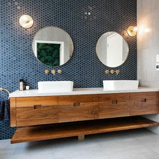 Идея дизайна: главная ванная комната среднего размера в классическом стиле с фасадами островного типа, коричневыми фасадами, отдельно стоящей ванной, душем без бортиков, инсталляцией, синей плиткой, плиткой мозаикой, синими стенами, полом из сланца, настольной раковиной, мраморной столешницей, коричневым полом и открытым душем
