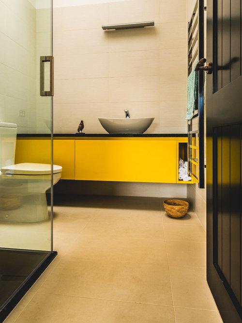 badezimmer mit mineralwerkstoff waschtisch und gelben schr nken design ideen beispiele f r. Black Bedroom Furniture Sets. Home Design Ideas