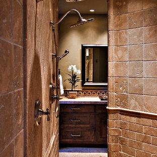 Diseño de cuarto de baño principal, de estilo americano, grande, con armarios con paneles empotrados, puertas de armario de madera en tonos medios, bañera encastrada, ducha abierta, baldosas y/o azulejos beige, baldosas y/o azulejos de piedra, paredes beige, suelo de travertino, lavabo encastrado, suelo beige y ducha abierta