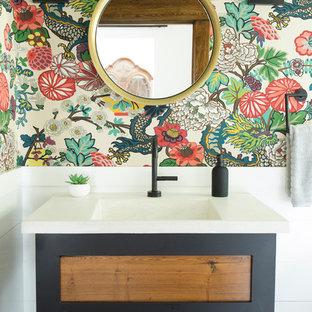Diseño de cuarto de baño moderno, pequeño, con bañera con patas, suelo de baldosas de cerámica, lavabo integrado, encimera de cemento y suelo negro