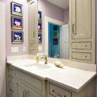 Idee per una stanza da bagno per bambini country di medie dimensioni con ante con riquadro incassato, ante grigie, doccia alcova, WC monopezzo, piastrelle beige, piastrelle a mosaico, pareti viola, pavimento con piastrelle in ceramica, lavabo sottopiano, pavimento grigio e porta doccia scorrevole