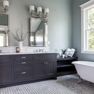 ポートランドのトラディショナルスタイルのおしゃれな浴室 (猫足バスタブ、シェーカースタイル扉のキャビネット) の写真