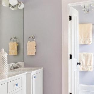Réalisation d'une salle de bain tradition de taille moyenne pour enfant avec un lavabo encastré, un placard à porte shaker, des portes de placard grises, un carrelage blanc, carrelage en mosaïque et un mur violet.