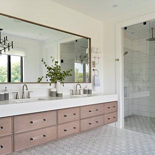 Inredning av ett klassiskt vit vitt en-suite badrum, med luckor med infälld panel, bruna skåp, en dusch i en alkov, vit kakel, vita väggar, ett undermonterad handfat, flerfärgat golv och dusch med gångjärnsdörr