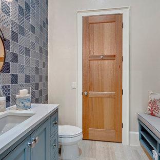 Immagine di una stanza da bagno con doccia mediterranea di medie dimensioni con ante in stile shaker, ante blu, WC a due pezzi, piastrelle multicolore, piastrelle in ceramica, pareti beige, pavimento in travertino, lavabo sottopiano, top in granito, pavimento beige e top blu
