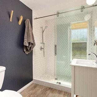 Idee per una stanza da bagno con doccia minimalista di medie dimensioni con ante bianche, WC a due pezzi, piastrelle bianche, piastrelle diamantate, pareti blu, pavimento in gres porcellanato, lavabo da incasso, top in quarzite, pavimento grigio, porta doccia scorrevole e top bianco