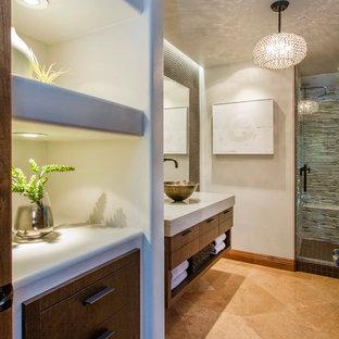 Idéer för ett mellanstort modernt badrum, med ett fristående handfat, släta luckor, beige skåp, bänkskiva i kvarts, brun kakel, kakel i metall, grå väggar och kalkstensgolv