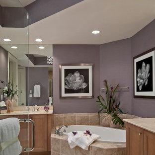 Modernes Badezimmer mit Schrankfronten mit vertiefter Füllung, hellbraunen Holzschränken, beigefarbenen Fliesen, lila Wandfarbe und Einbaubadewanne in Miami
