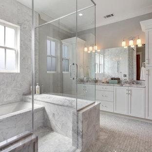 Imagen de cuarto de baño infantil, moderno, de tamaño medio, con armarios estilo shaker, puertas de armario grises y encimera de ónix