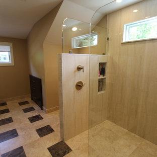 Immagine di una grande stanza da bagno padronale contemporanea con nessun'anta, ante in legno bruno, doccia aperta, WC monopezzo, piastrelle beige, piastrelle in travertino, pareti marroni, lavabo sottopiano, top in quarzo composito e doccia aperta