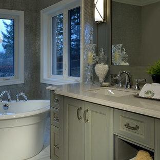 Ispirazione per una stanza da bagno padronale tradizionale di medie dimensioni con ante con riquadro incassato, ante verdi, vasca freestanding, pavimento in marmo, lavabo sottopiano, top in quarzo composito, pavimento bianco e top beige