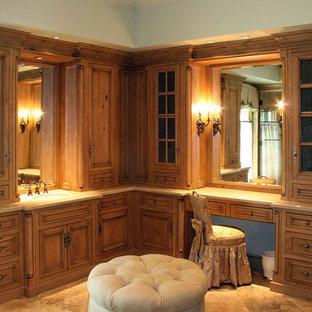 Idee per un'ampia stanza da bagno padronale classica con lavabo sottopiano, ante a filo, ante con finitura invecchiata, top in granito, vasca da incasso, doccia ad angolo, bidè, piastrelle beige, piastrelle in pietra, pareti verdi e pavimento in marmo