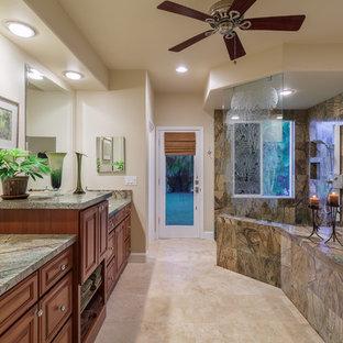 Esempio di una stanza da bagno tropicale con lavabo da incasso, ante con riquadro incassato, top in marmo, vasca da incasso, doccia ad angolo, WC monopezzo, pareti bianche e pavimento in travertino