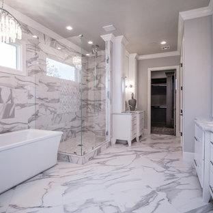 Свежая идея для дизайна: огромная главная ванная комната в стиле современная классика с плоскими фасадами, белыми фасадами, отдельно стоящей ванной, открытым душем, серой плиткой, белой плиткой, мраморной плиткой, серыми стенами, мраморным полом, врезной раковиной, мраморной столешницей, разноцветным полом, душем с распашными дверями и серой столешницей - отличное фото интерьера