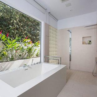 Ejemplo de cuarto de baño principal, actual, grande, con armarios con paneles lisos, bañera exenta, ducha doble, baldosas y/o azulejos blancos, paredes blancas y suelo de baldosas de cerámica