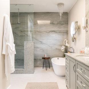 На фото: класса люкс главные ванные комнаты среднего размера в стиле современная классика с фасадами в стиле шейкер, зелеными фасадами, отдельно стоящей ванной, душем без бортиков, биде, зеленой плиткой, плиткой мозаикой, бежевыми стенами, полом из керамогранита, врезной раковиной, столешницей из кварцита, бежевым полом, открытым душем и зеленой столешницей