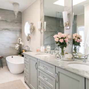 Inredning av ett klassiskt mellanstort grön grönt en-suite badrum, med skåp i shakerstil, gröna skåp, ett fristående badkar, en kantlös dusch, en bidé, grön kakel, mosaik, beige väggar, klinkergolv i porslin, ett undermonterad handfat, bänkskiva i kvartsit, beiget golv och med dusch som är öppen