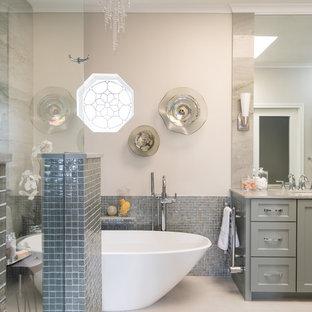 Идея дизайна: главная ванная комната среднего размера в стиле неоклассика (современная классика) с фасадами в стиле шейкер, зелеными фасадами, отдельно стоящей ванной, душем без бортиков, биде, зеленой плиткой, плиткой мозаикой, бежевыми стенами, полом из керамогранита, врезной раковиной, столешницей из кварцита, бежевым полом, открытым душем и зеленой столешницей