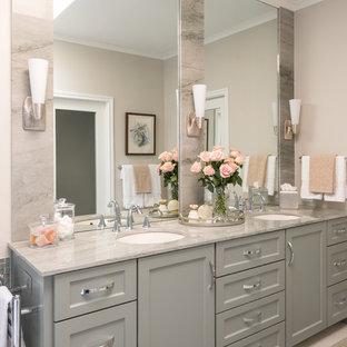 ダラスの中サイズのトランジショナルスタイルのおしゃれなマスターバスルーム (シェーカースタイル扉のキャビネット、緑のキャビネット、置き型浴槽、段差なし、ビデ、緑のタイル、モザイクタイル、ベージュの壁、磁器タイルの床、アンダーカウンター洗面器、珪岩の洗面台、ベージュの床、オープンシャワー、グリーンの洗面カウンター) の写真