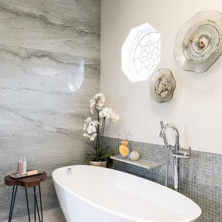 Exempel på ett mellanstort klassiskt grön grönt en-suite badrum, med skåp i shakerstil, gröna skåp, ett fristående badkar, en kantlös dusch, en bidé, grön kakel, mosaik, beige väggar, klinkergolv i porslin, ett undermonterad handfat, bänkskiva i kvartsit, beiget golv och med dusch som är öppen