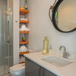 Idee per una piccola stanza da bagno minimal con ante grigie