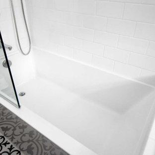 Kleines Modernes Badezimmer En Suite mit flächenbündigen Schrankfronten, grauen Schränken, Eckbadewanne, Duschbadewanne, Wandtoilette mit Spülkasten, weißen Fliesen, Metrofliesen, grauer Wandfarbe, Keramikboden, Unterbauwaschbecken, weißem Boden, offener Dusche, weißer Waschtischplatte, Nische, Einzelwaschbecken und schwebendem Waschtisch in Portland